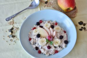 oatmeal, breakfast, berries, fruit, apple, abdominal pain